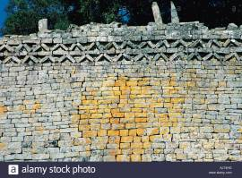 chevron-pattern-on-eastern-wall-of-great-enclosure-great-zimbabwe-AJ74HG